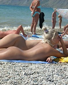 With bald pussy blonds and brunet girls stares nudists against a sea background